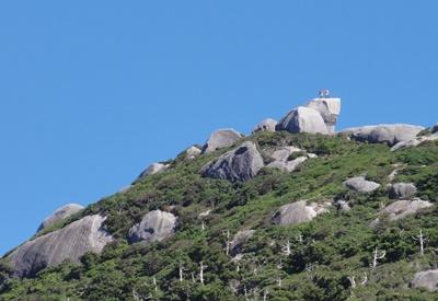 黒味岳に立つ20130913k
