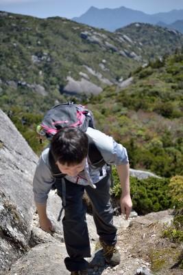 黒味岳山頂直下、登ります