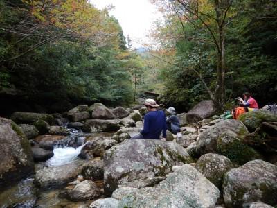 縄文杉ツアー河原で一休み
