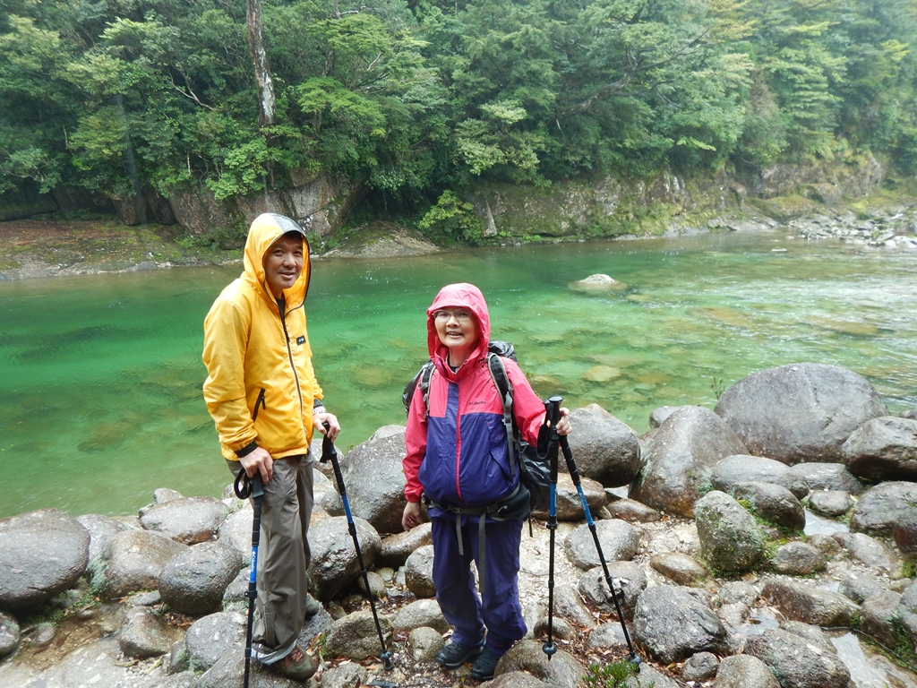 2日目はのんびり下山です。川で一息。