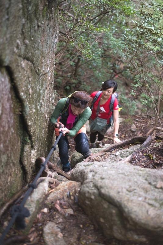 ロープにつかまって慎重に登ります!