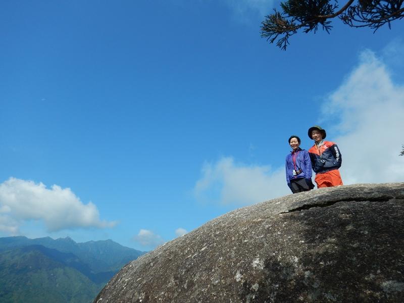 青い空が広がる太鼓岩