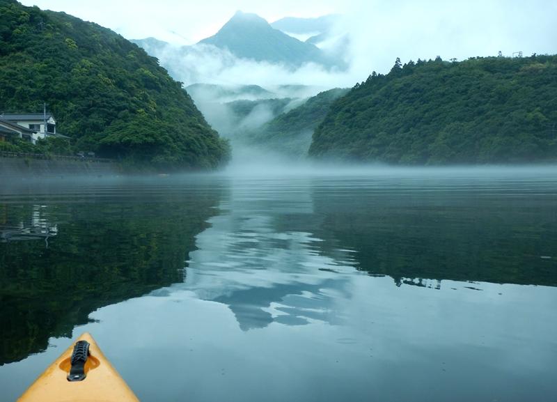 川霧の中を進む